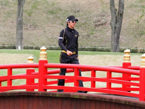 太鼓橋を渡る石川選手