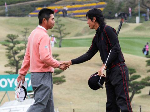 握手を交わす池田選手と石川選手