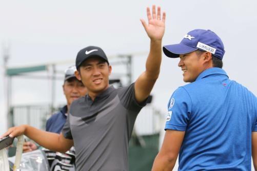 練習ラウンド9番、ギャラリーからの拍手に笑顔を見せる今平(右)とハイタッチを求める潘(撮影・亀山泰宏)