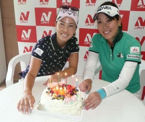 ニチレイ・レディース開幕前日の15日に誕生日を迎えた上田桃子(左)と福田真未