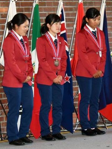 団体戦2位となり表彰を受ける女子メンバー。左から古江、西村、佐渡山(撮影・佐々木隆史)