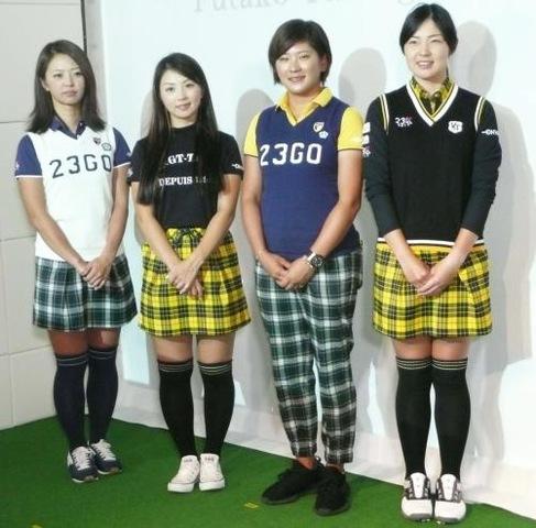 オンワードゴルフアカデミーのオープン会見に出席した契約プロ選手たち。左から菊地明砂美、菊地絵理香、成田美寿々、辻梨恵(撮影・藤中栄二)