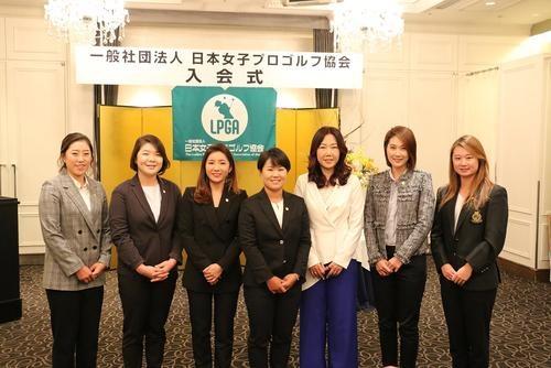 日本女子プロゴルフ協会の入会式に出席した選手たち。左から金楷林、イ・ミニョン、イ・ボミ、畑岡、姜秀衍、キム・ハヌル、森田