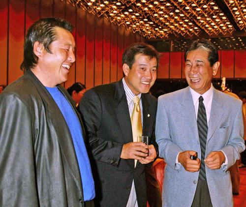 星野仙一氏(右)と談笑する尾崎将司(左)。中央は原辰徳氏(2004年1月23日撮影)