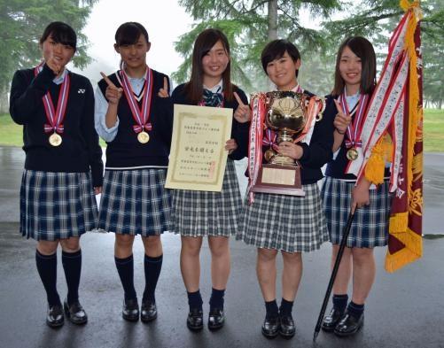 団体女子で1番ポーズを決める明秀学園日立。左から中島萌絵、今井鮎美、宮本夏実、平塚新夢、高久みなみ