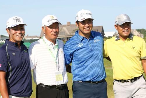 記念写真で笑顔を見せる、左から谷原、日本ゴルフツアー機構の青木会長、松山、宮里(撮影・亀山泰宏)