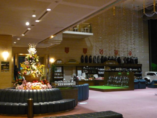 夜のホテルロビー