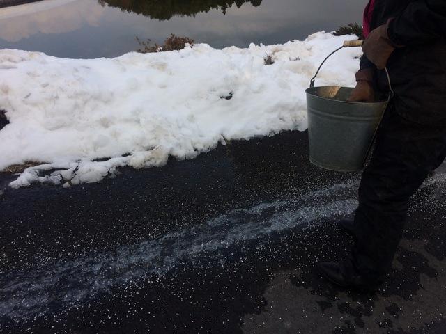 道路の凍結に塩化カルシウム