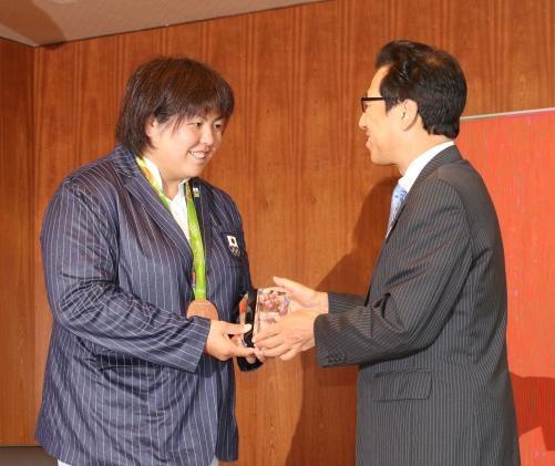 秋元市長(左)から札幌市長特別表彰を受け取り笑顔を見せる山部(撮影・松末守司)