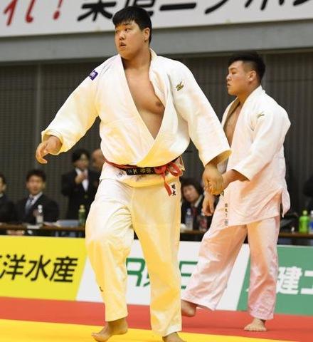 男子100キロ超級、小川雄勢(左)は3回戦で佐藤和哉に敗れた(撮影・柴田隆二)