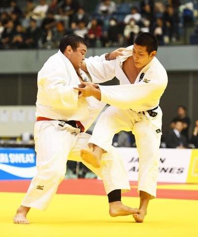 男子100キロ級決勝2連覇を決めたウルフ・アロン(左) (撮影・柴田隆二)