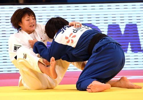 女子52キロ級決勝 角田(左)は阿部詩の腕を取りにかかる(撮影・山崎安昭)
