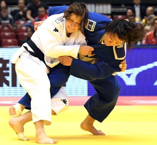 女子63キロ級3回戦 嶺井(右)はリオ五輪金のトルステニャクに投げを打つ(撮影・山崎安昭)