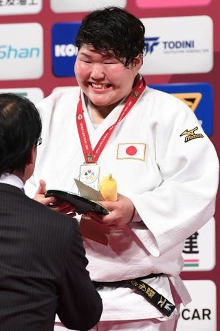 女子78キロ超級で優勝した朝比奈は表彰台で笑顔を見せる(撮影・山崎安昭)