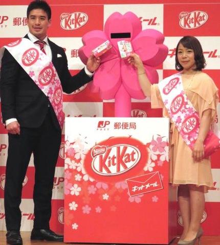 キットメールを投函するベイカー茉秋(左)と三宅宏実(撮影・峯岸佑樹)