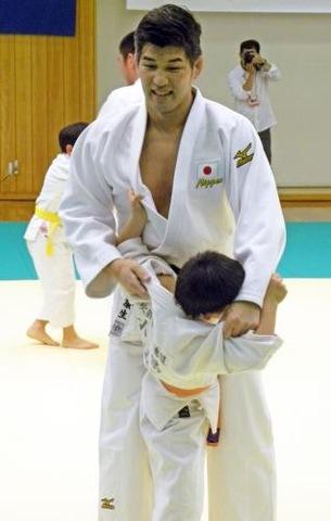 子どもの技を受ける男子日本代表の井上康生監督(撮影・松本航)