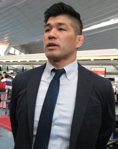 羽田空港で取材に応じる井上康生監督(撮影・峯岸佑樹)