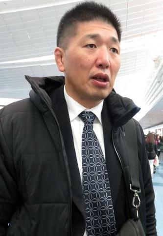 羽田空港で取材に応じる金野潤強化委員長(撮影・峯岸佑樹)