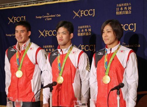 外国人特派員協会の会見に臨む、左からベイカー、大野、田知本