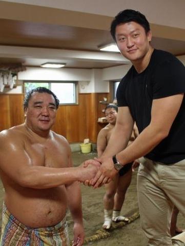 原沢(右)は日馬富士と固い握手を交わす
