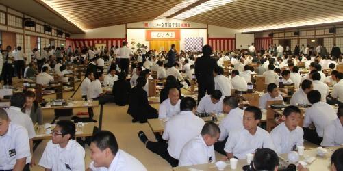 天理教教会本部での祝賀会で、一斉にすき焼きを食べる1000人の来場者