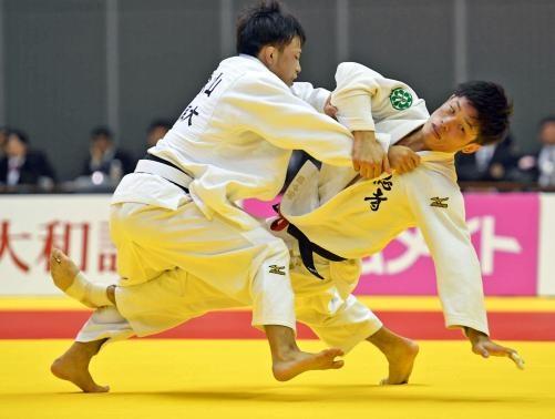 男子60キロ級決勝 永山(左)は志々目を小外掛けで破り優勝を決める(撮影・柴田隆二)