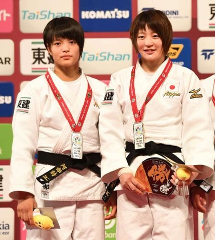女子52キロ級で準優勝の阿部詩(左)は、優勝した角田と一緒に表彰台に上がる(撮影・山崎安昭)