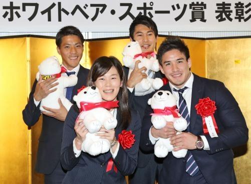 「ホワイトベア・スポーツ賞」を受賞し、笑顔を見せる前列左から金藤、ベイカー、後列左から山県、飯塚(撮影・野上伸悟)