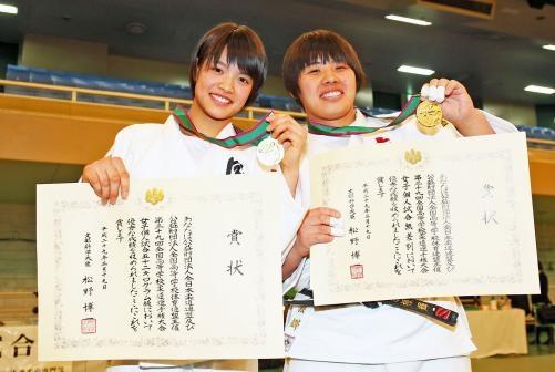 メダルを手にする阿部(左)と素根(撮影・足立雅史)
