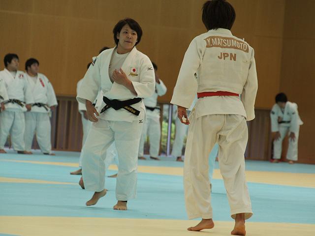 柔道日本代表コーチ 谷本歩実と乱取りをする57kg級 松本薫