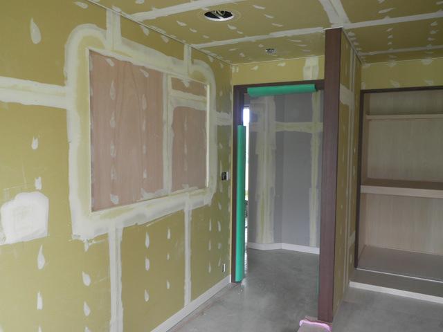 五階絵画取付場所、クロス下地パテ処理完了