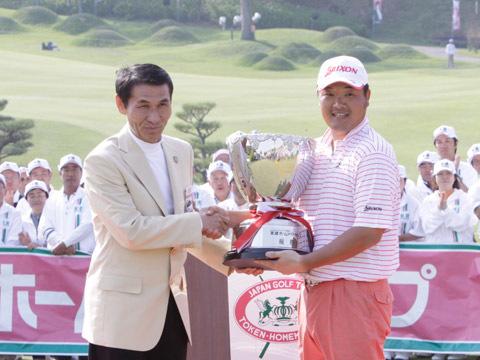 2009年東建ホームメイトカップ表彰式にて小田孔明プロと