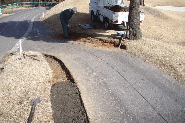 芝生擦り切れ箇所の補修