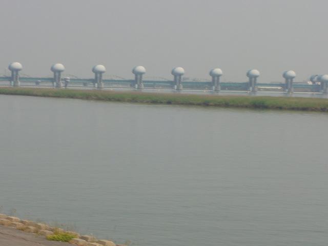 桑名市の堤防沿い風景