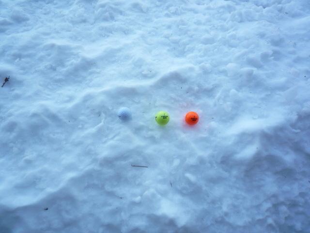降雪後のプレーにはカラーボールを!