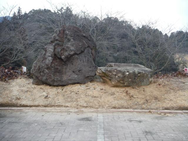 大きな景観石9つ設置致しました。