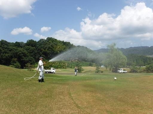 コースの散水作業 〜待たれる雨〜