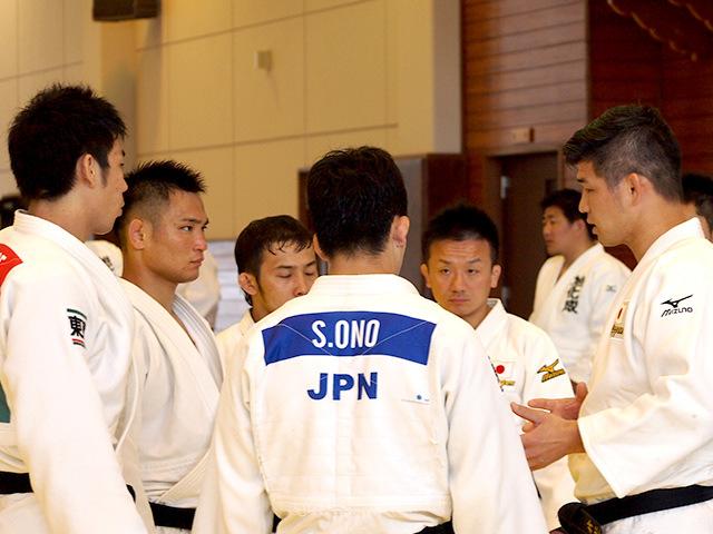 井上康生監督と柔道男子日本代表選手
