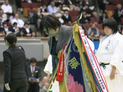 塚田真希さんによる優勝旗返還