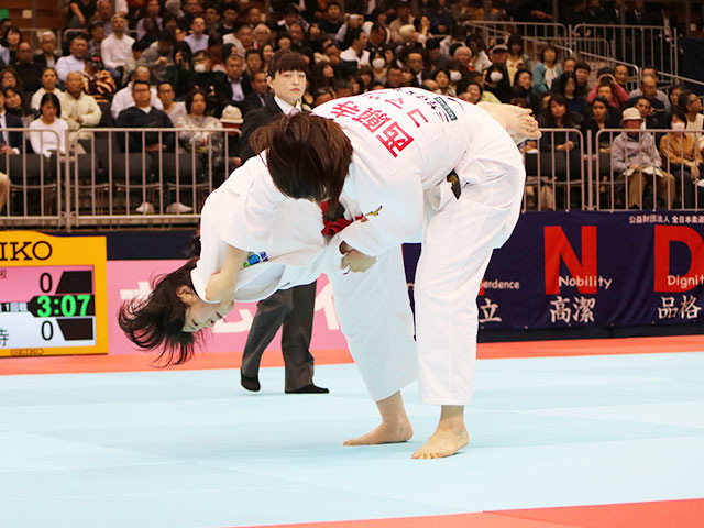 女子70kg級1回戦 新添左季vs西願寺里保