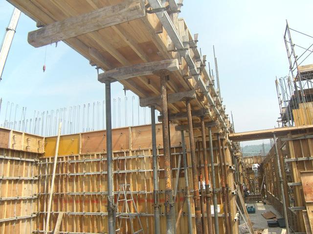 六階梁型枠を施工しています