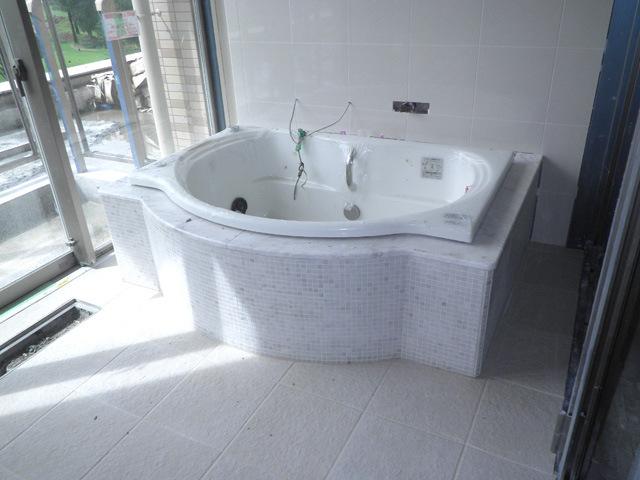 四階浴槽据付き・エプロン石貼完了