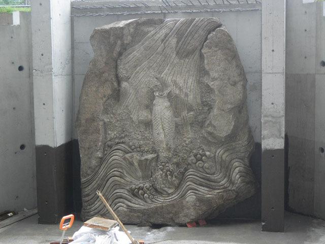 外構(鯉の彫刻石)